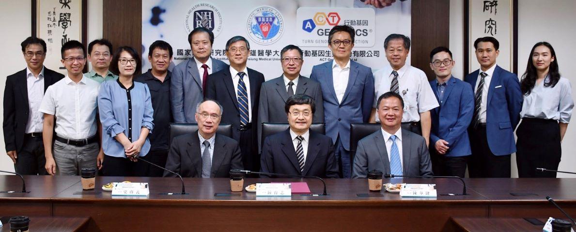 本學系廖偉廷老師(左一)參加高醫大、國衛院、行動基因三方團隊合影