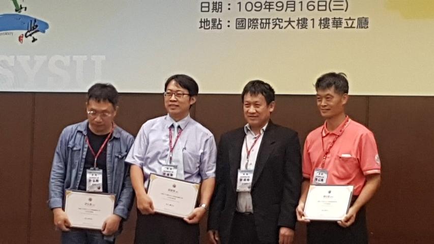 本學系邱建智教授(左二)榮獲108年國立中山大學與高雄醫學大學合作研究優秀獎